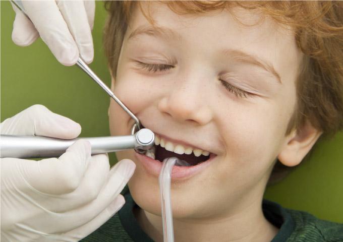 Studio Dentistico Maccario interviene sui denti dei bambini con servizi attenti al benessere e alla cura dentale.